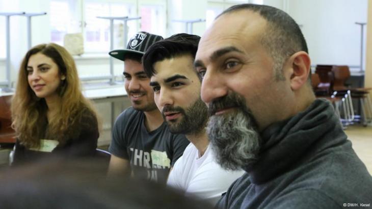 Theaterpädagoge Yilmaz Atmaca (rechts) hört den Jugendlichen von Heroes aufmerksam zu; Foto: AP