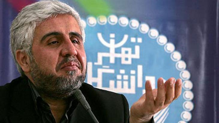 Farhad Rahbar, Dekan der Universität Teheran vor dem Logo der Universität, Foto: ISNA