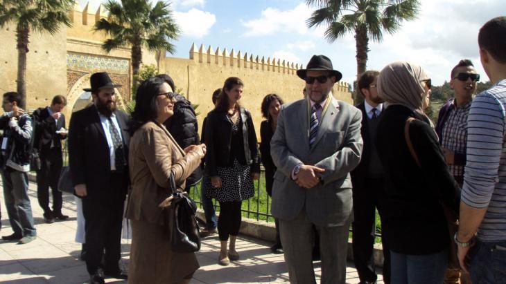 Muslime und Juden vor dem Bab Elmellah Eingangsportal der marokkanischen Stadt Fez; Foto: DW/B. Elasraoui