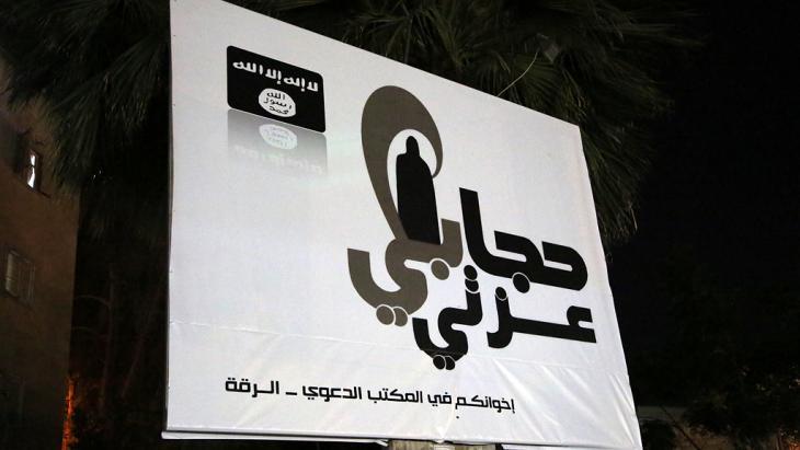 """Werbung für Rebellengruppe """"Islamischer Staat im Irak und in Syrien"""" in Rakka; Foto: Foto: Mezar Mater"""