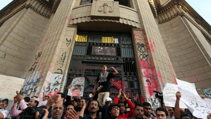 Demonstration von Aktivisten der Bewegung 6. April vor dem Obersten Gerichtshof in Kairo; Foto: Reuters