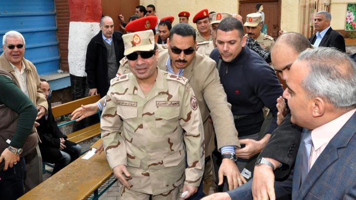 Abdul Fattah al-Sisi (centre, front) on 14 January 2014 after casting his vote for the new Egyptian constitution in a polling station in Cairo (photo: picture-alliance/dpa)