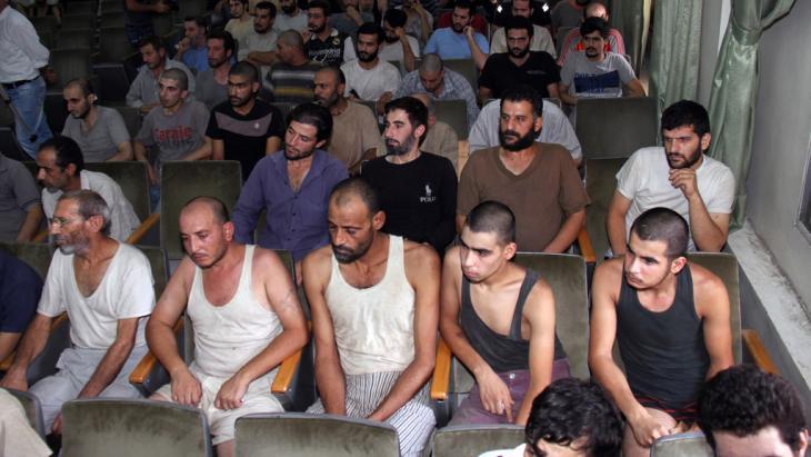 Syrische Gefangene in einem Gerichtssaal in Damaskus vor ihrer Freilassung; Foto: Bassem Tellawi/AP/dapd