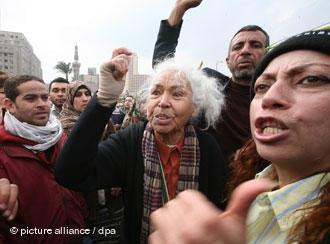 Nawal El Saadawi bei Protesten gegen das Mubarak-Regime auf dem Tahrir-Platz in Kairo am 7. Februar 2011; Foto: dpa/picture-alliance