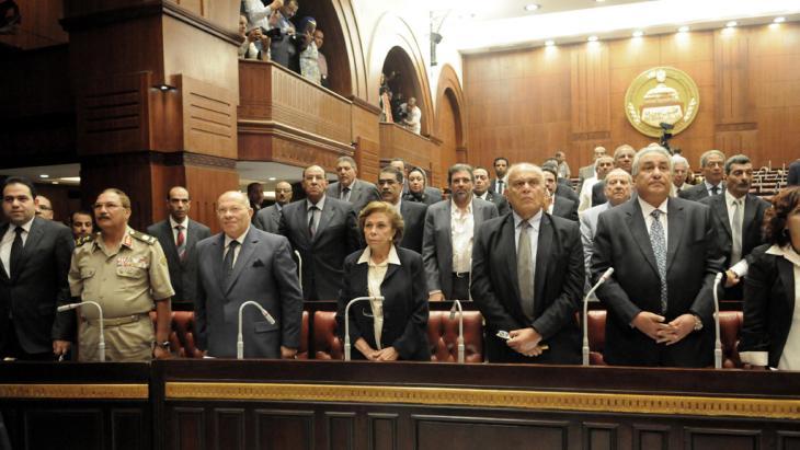 Mitglieder des Verfassungskomitees bei ihrer ersten Sitzung in Kairo am 8. September 2013; Foto: picture alliance/landov