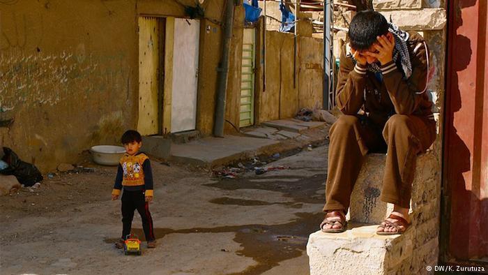 Verzweifelte Jugendliche in einem Armenviertel in Bagdad, Foto: DW