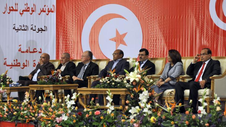 Tunesiens Präsident Moncef Marzouki (m.) während einer Veranstaltung des Nationalen Dialogs am 16. Mai 2013 in Tunis; Foto: FETHI BELAID/AFP/Getty Images