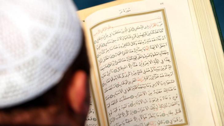 Imam liest den Koran in der Berliner Sehitlik-Moschee; Foto: dpa/picture-alliance