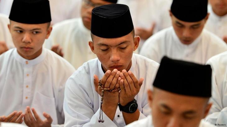 Muslime aus Brunei beten in der Jame'asr Hassanil Bolkiah Moschee in Bandar Seri Begawan; Foto: REUTERS/Ahim Rani