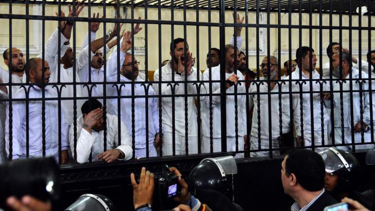 Inhaftierte Muslimbrüder in Alexandria; Foto: picture-alliance/dpa