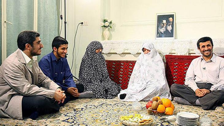 Mahmoud Ahmadinedschad im Kreise seiner Familie; Foto: ISNA