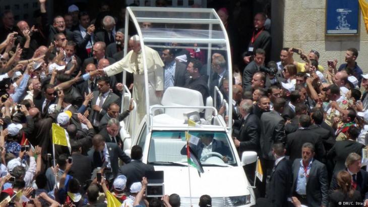 Palästinensische Jugendliche feiern den Besuch von Papst Benedikt