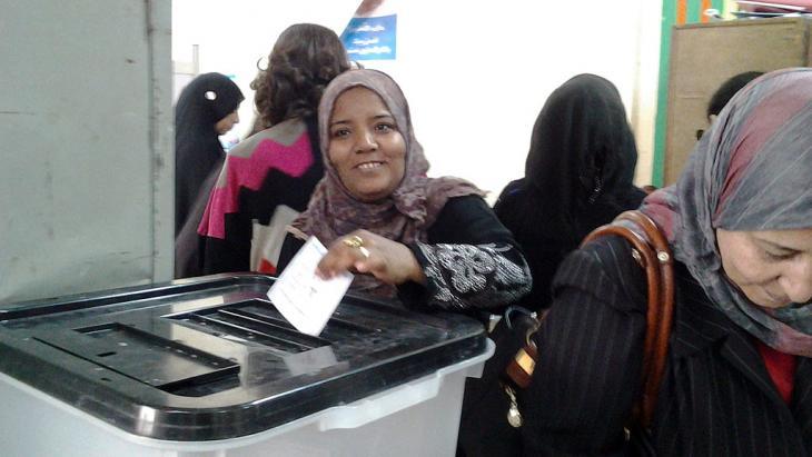 Wählerin in einem Wahllokal in Kairo; Foto: Mostafa Hashem/DW