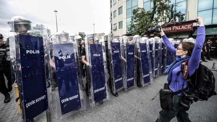 Fotografin am 31.5.2014 vor Polizei-Einheiten am Taksim-Platz in Istanbul; Foto: BULENT KILIC/AFP/Getty Images