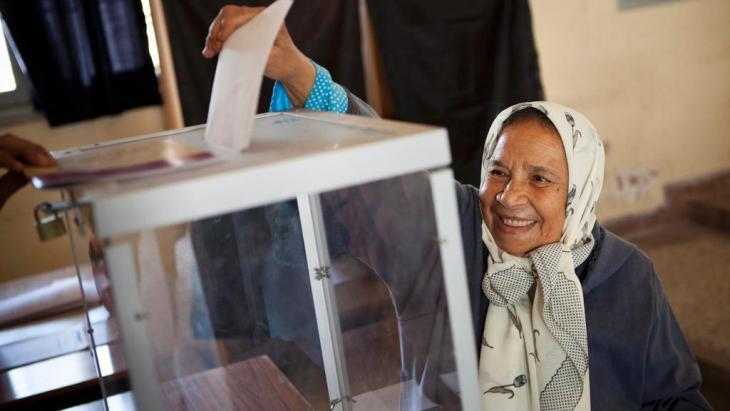 Marokkanische Wählerin bei der Stimmabgabe in Rabat; Foto: dpa/picture-alliance