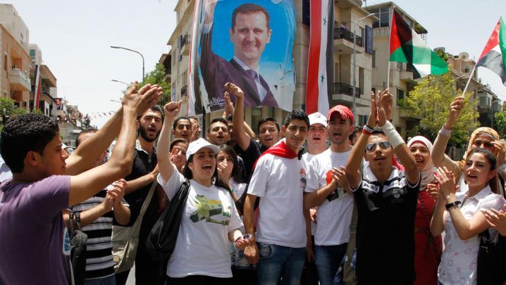 Anhänger Assads jubeln während einer Wahlveranstaltung in Damaskus; Foto: REUTERS/Khaled al-Hariri