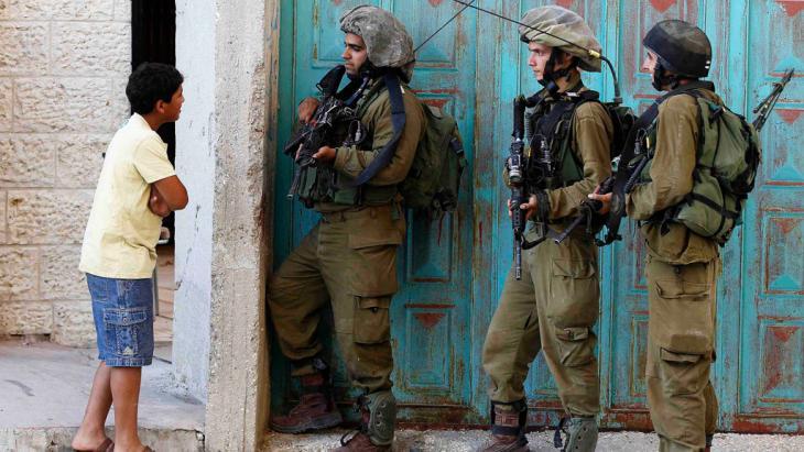 Israelische Soldaten während einer Hausdurchsuchung in Hebron; Foto: Reuters/Ammar Awad