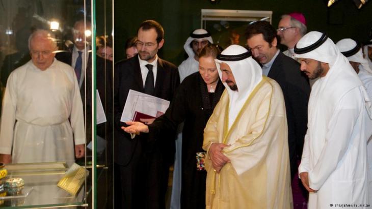 Ulrike Al-Khamis zeigt dem Herrscher Scharjahs, Scheich Sultan bin Mohammad al Qasimi einige der Exponate der Ausstellung; Foto: sharjahmuseums.ae