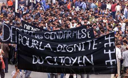 Protestzug von Berbern in Tizi Ouzou im Juni 2001; Foto: AFP