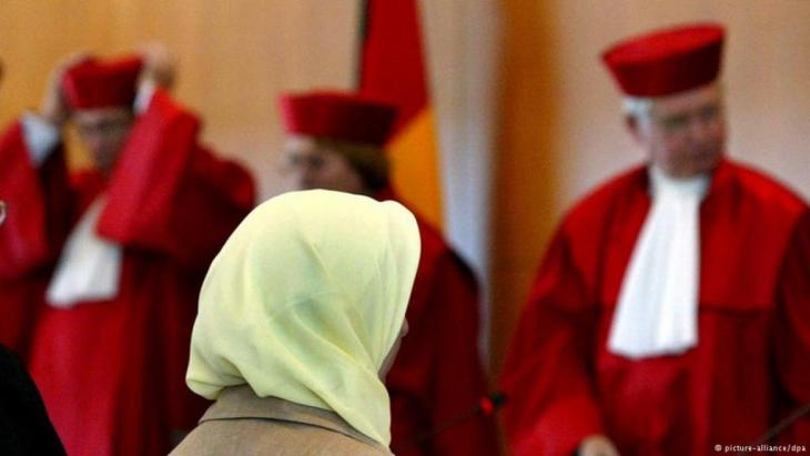 Kopftuchträgerin vor Richtern des Bundesgerichtshofs; Foto: dpa