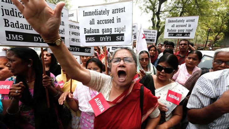 Demonstrantinnen der All India Democratic Women's Association (AIDWA) halten Plakate während eines Protestes gegen den brutalen Vergewaltigungsmord an zwei Mädchen, Neu Delhi, 31. Mai 2014; Foto: REUTERS/Adnan Abidi