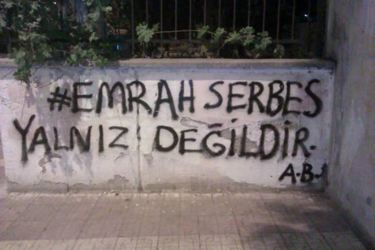 "Graffiti ""Emrah Serbes ist nicht allein""; Foto: http://binooki.com/"