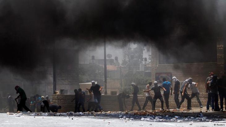 Palästinenser werfen Steine auf israelische Soldaten; Foto: Reuters