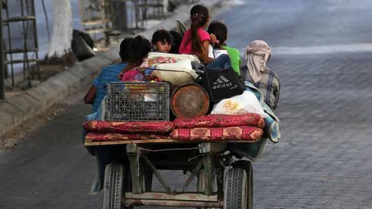 Palästinenser fliehen auf Pferdekarren aus ihren Häusern, um Schutz zu suchen; Gaza Stadt, 13. Juli 2014, EPA/MOHAMMED SABER