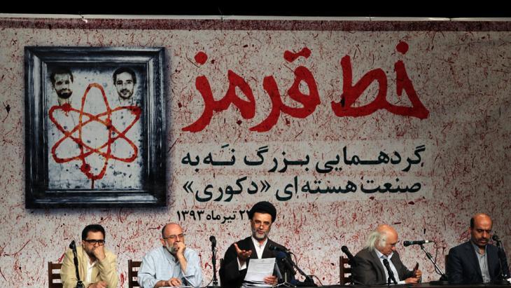 """Iranische Podiumsdiskussion über die """"Rote Line"""" in den Verhandlungen mit Westen; Foto: IRNA"""