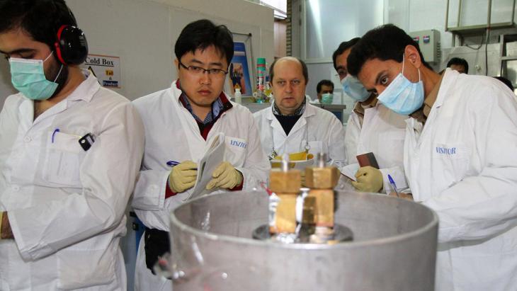Inspektoren der Internationalen Atomenergie-Organisation (IAEA) und iranische Ingenieure in einem Kernkraftwerk im iranischen Natans am 20. Januar 2014; Foto: AFP/Getty Images