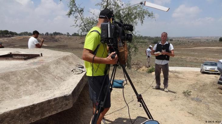 Israelischer Journalist Yoav Even bei der Arbeit vor der Kamera; Foto: DW/Bettina Marx