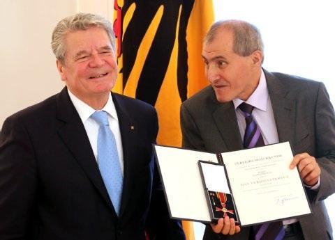 Kazim Erdogan übernimmt Urkunde von Bundespräsident Gauck; Foto: dpa