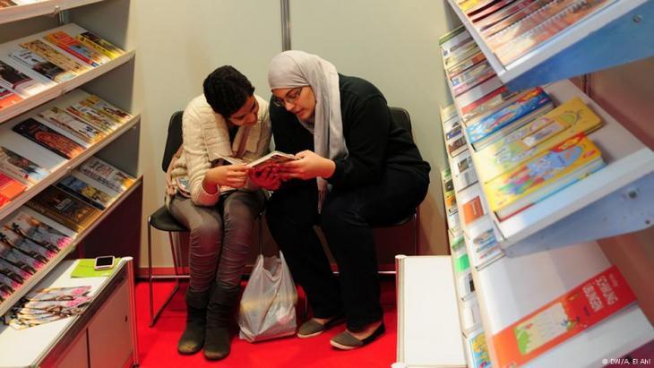 Lesende Frauen auf der Kairoer Buchmesse; Foto: DW/Amira El Ahl