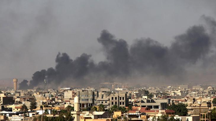 Tripolis unter dunklen Rauchschwaden; Foto: Reuters