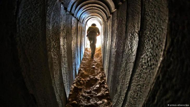 Ein israelischer Soldat durchquert einen Tunnel der Hamas. Laut israelischer Armeführung gehört es zu den Zielen ihrer Bodenoffensive diese Tunnelsysteme zu zerstören um den Schmuggel von Waffen und Kämpfern zu stoppen; Foto: picture-alliance/dpa