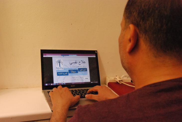 Anonymität - ein Mann an seinem Laptop; Foto: Iris Mostegel