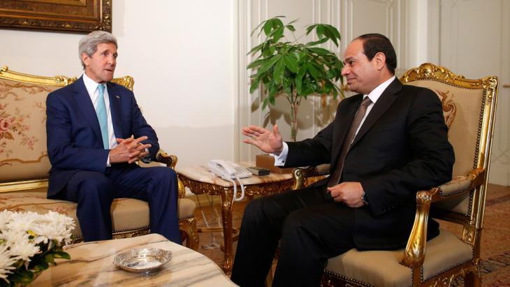 Ägyptens Präsident Abdel Fatah as-Sisi spricht mit US-Außenminister John Kerry; Foto: Reuters