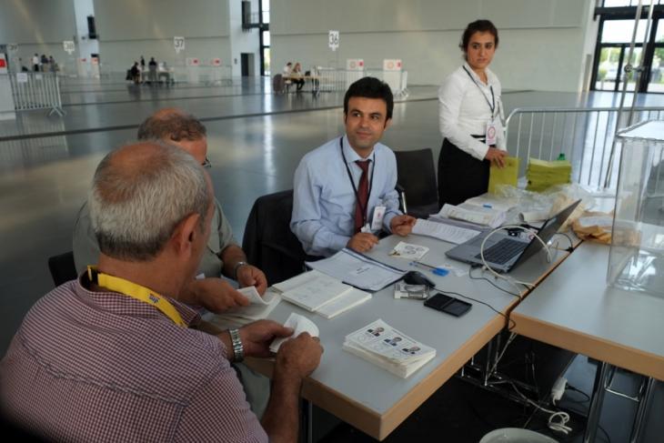 Verantwortliche Wahlhelfer in der Messehalle in Karlsruhe; Foto: Canan Topçu.
