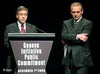 Der ehemalige israelische Justizminister Jossi Beilin (l.) und der  ehemalige palästinensische Minister und Chef der palästinensischen Delegation Jassir Abed Rabbo in Genf; Foto: dpa
