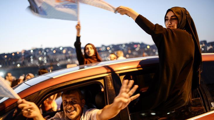 Anhänger Erdogans jubeln am 10. August 2014 in Istanbul nach der Bekanntgabe des Wahlergebnisses; Foto: AFP/Getty Images
