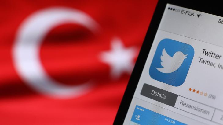 Ein Twitter- Logo auf dem Display eines iPhones vor der türkischen Nationalflagge; Foto: dpa/picture-alliance