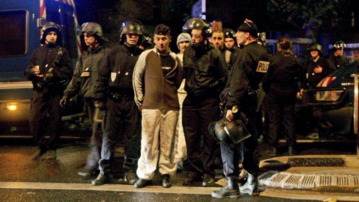 Jugendliche aus dem Banlieue Aulnay-sous-Bois neben Polizeieinheiten während der Unruhen im Jahr 2005, Foto: dpa/picture-alliance