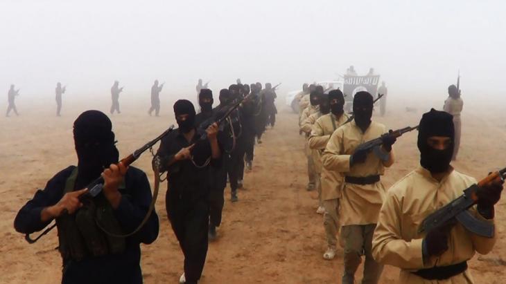 Aufmarsch von IS-Kämpfer im Irak; Foto: picture-alliance/abaca