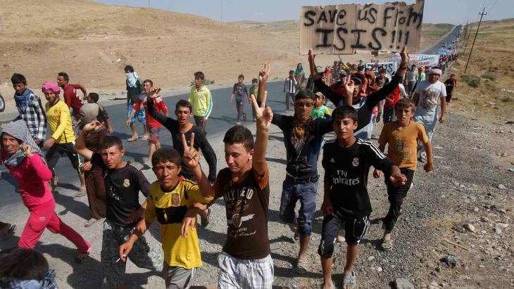 Irakische Jesiden auf der Flucht aus Sindschar; Foto: Reuters