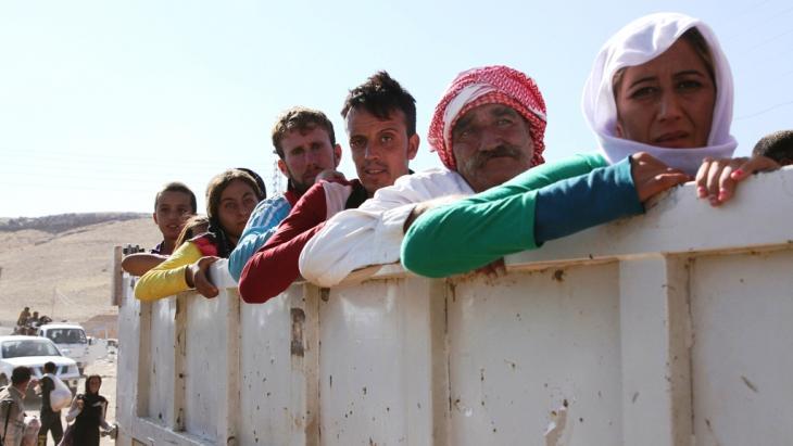 Irakische Jesiden auf der Flucht aus Sindschar bei ihrer Ankunft in Fishkhabour, in der Dohuk-Provinz; Foto: Reuters