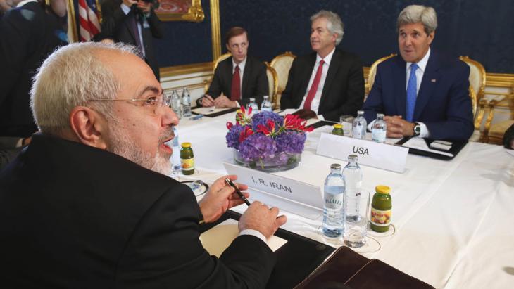 Irans Außenminister Dschawad Sarif (vorne) bei bilateralen Verhandlungen mit US-Außenminister John Kerry am 14. Juli 2014 in Wien; Foto: picture-alliance/AP