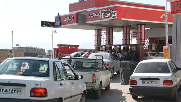 Autos stehen Schlange an einer iranischen Tankstelle im Januar 2014; Foto: imna.ir