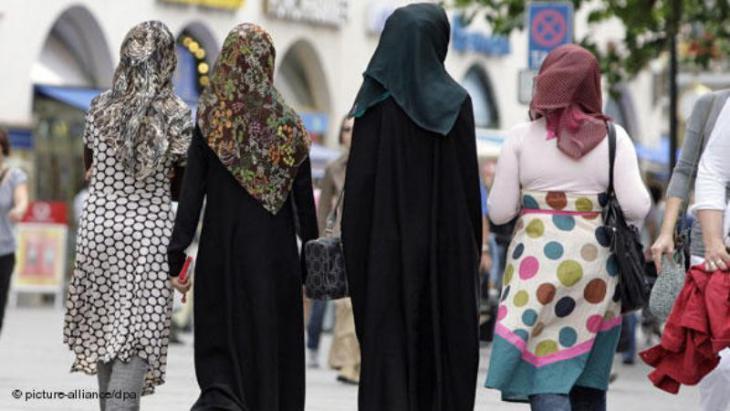 Junge Frauen mit Kopftuch in München; Foto: picture-alliance/dpa