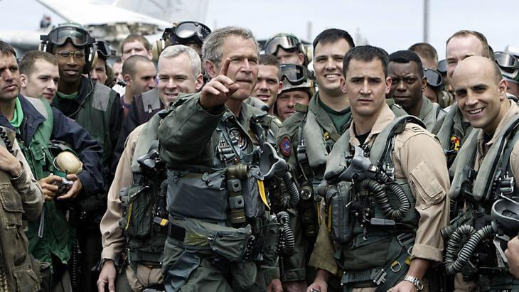 George W. Bush verkündet Mission Accomplished auf der USS Lincoln am 1.5.2003; Foto: HECTOR MATA/AFP/Getty Images