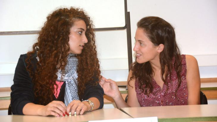Die Palästinenserin Suad (l.) und die Israelin Amit; Foto: KfGD